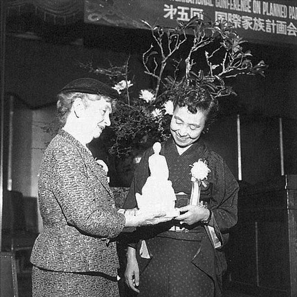 Shizue Kato mit Margaret Sanger, die eine kleine Statue in den Händen hält