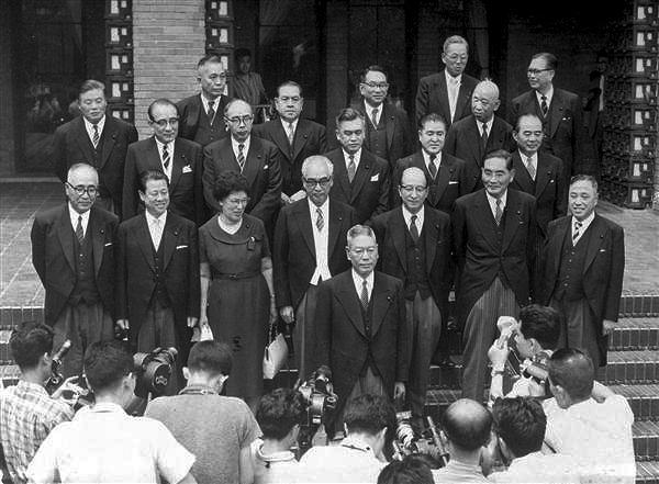 Kabinett von Premierminister Ikeda: Das Gruppenfoto zeigt eine Frau umgeben von mehreren Männern